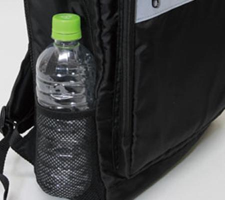 本体左右に500mlペットボトルや折りたたみ傘が入るメッシュポケット付