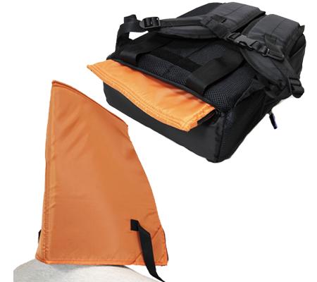 背中部の収納ポケットに、緊急用の簡易防災頭巾を収納